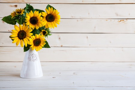 girasol: Girasoles en un florero en un fondo gris rústico Foto de archivo