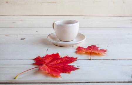 koffiekopje op de herfst herfst bladeren en houten oppervlak achtergrond
