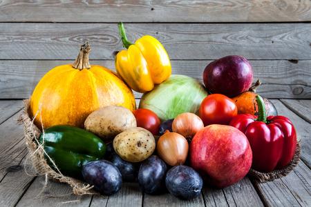 Groenten en fruit met pompoenen in herfst vintage stilleven Stockfoto