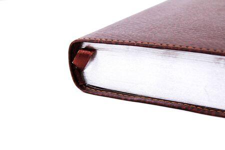 cognicion: p�ginas de libros cerrados con plata sobre un fondo blanco Foto de archivo