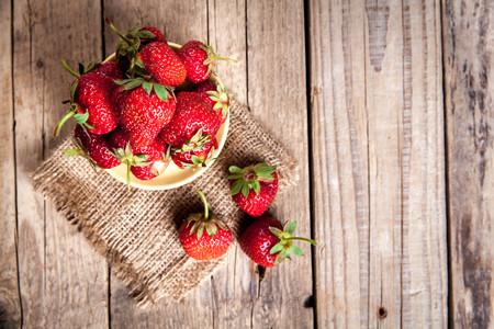 fruit. Verse aardbeien op oude houten achtergrond