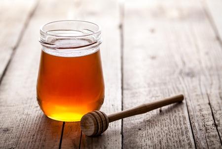 miel de abeja: Tarro de miel con el cazo de la miel