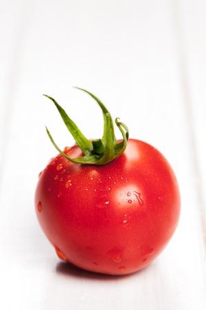 tomate cherry: tomates rojos en mesa de madera