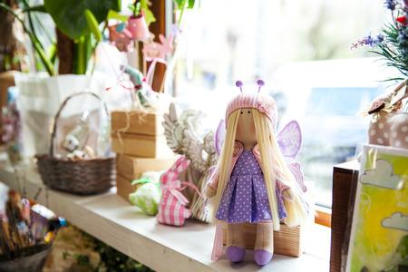 prachtige handgemaakte poppen in het venster Stockfoto