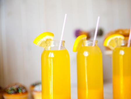 coctel de frutas: cócteles verano naranja frescas en la mesa de madera Foto de archivo