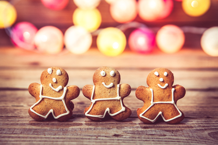 Kerstmis voedsel, Gingerbread Man op een houten achtergrond. slinger voor het nieuwe jaar