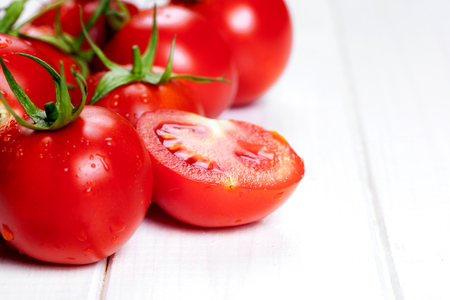 rode tomaten op houten tafel