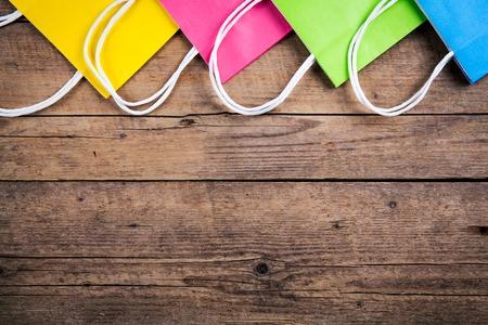veelkleurige boodschappentassen op een houten achtergrond, verkoop, aankoop