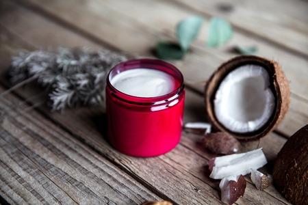 木製の背景に自然な有機性クリーム。美しく、健康的な肌をケアします。美と健康。ラベンダーとココナッツ。 写真素材 - 54956054
