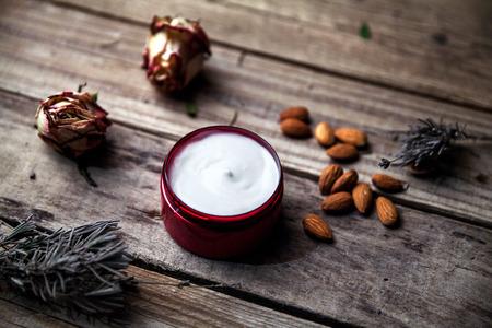 Biologische crèmes, lotions voor het gezicht en lichaam. Natuurlijke zorg voor schoonheid gezondheid en jeugdige huid. Eco cosmetica.