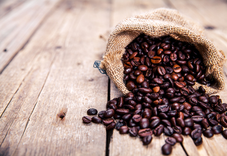 flay: Coffee beans on the wooden background. Hot drinks.