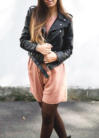 jonge vrouw, gekleed in lederen jas, man, mode, stijl