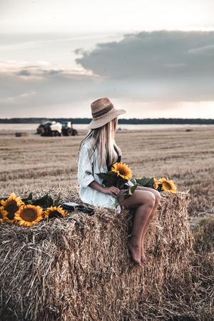 junge schöne Frau auf dem Feld im Sommer a