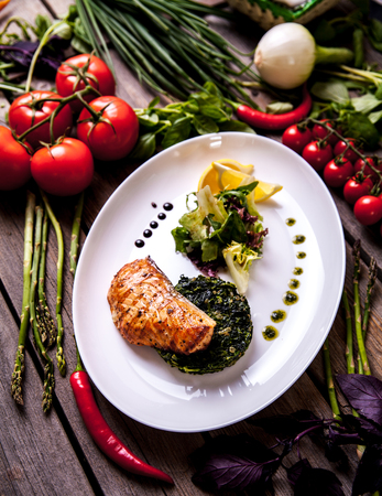 Baked Salmon Steak with Spinach and Lemon Slice a Banco de Imagens