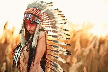 갈 대 배경에 아메리칸 인디언의 소송에서 아름 다운 소녀.