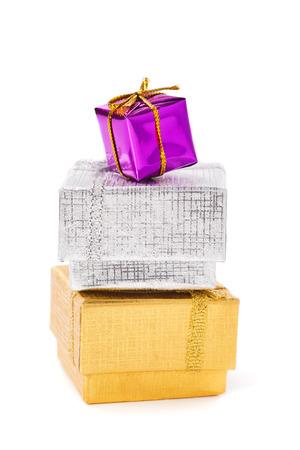 three gift boxes: Tres cajas de regalo sobre fondo blanco