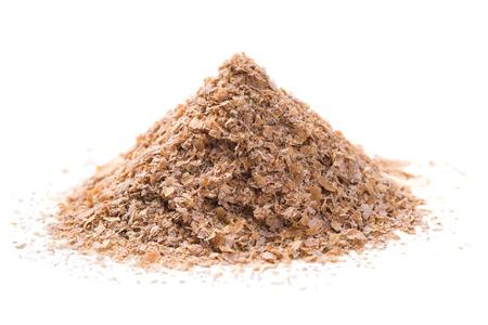 白で隔離される小麦ふすまの山
