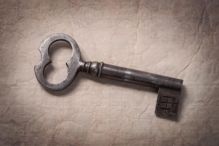 しわくちゃの紙の古いキー