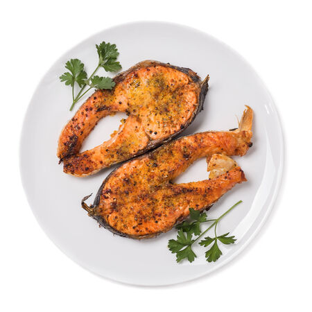 plato de pescado: Filete de salmón al horno aislado en fondo blanco la vista superior