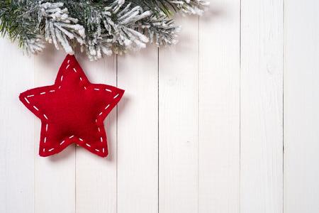 Kerstdecoratie met dennen takken op de achtergrond van een boom met een kopie ruimte