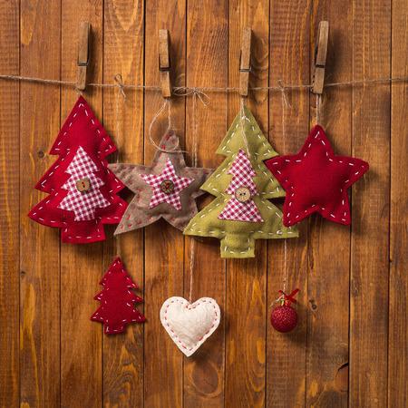 木製の背景には手作りのクリスマスの装飾