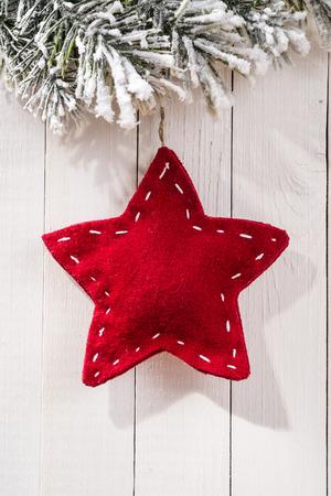 木材の背景に星の形をしたモミの枝でクリスマスの装飾 写真素材