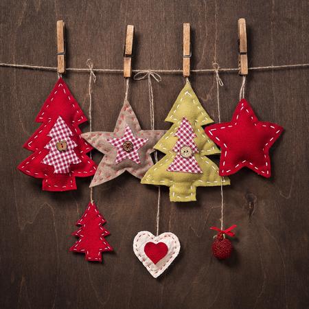 木材の背景の上のクリスマスの装飾。工芸品から成っている手で作られた感じ