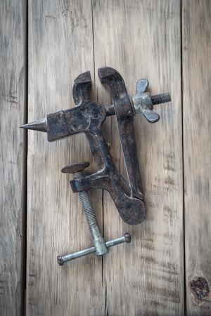 vise: Tornillo de banco viejo en una mesa de madera. Vista superior