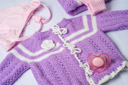 coif: Warm knitted sweater for a baby, close-up