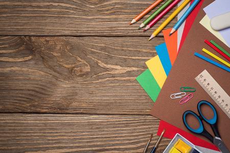 material escolar: Fuentes de escuela en una mesa de madera con espacio para texto, vista superior
