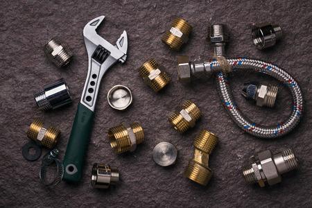 herramientas de trabajo: Herramientas de fontanería para la conexión de los grifos de agua, vista superior Foto de archivo