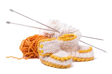 fondo para bebe: Botines para beb�s hecho a mano aislado sobre fondo blanco