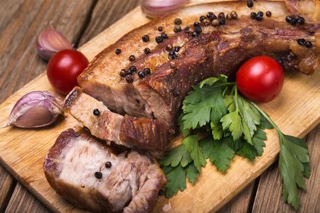 木の板にスパイスと豚バラ肉のロースト クローズ アップ