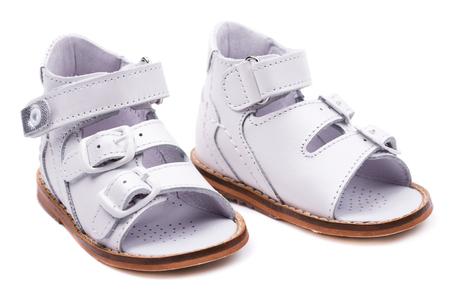 fondo para bebe: calzado anat�mico para beb�s aislados sobre fondo blanco Foto de archivo