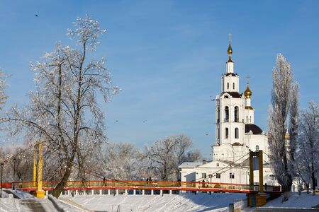 Winter landscape: Suspension Bridge and Epiphany Church. Russia, the city of Orel 스톡 콘텐츠