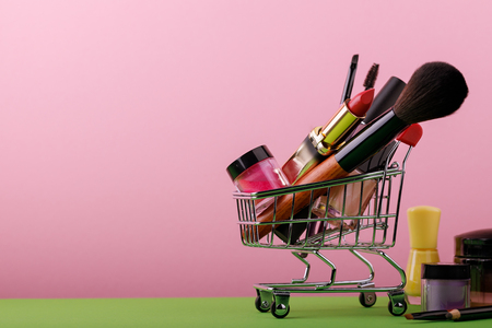 Set of make-up artist in a basket with space for text, brushes, lipstick, mascara, powder Foto de archivo