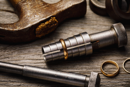 Tools for stretching precious metal rings, close-up Banque d'images