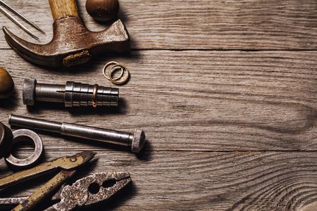 Herramientas para la reparación de joyas en una mesa de madera con espacio de copia, vista superior Foto de archivo