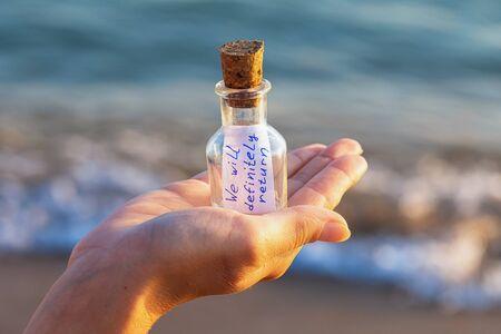 Message in a bottle with the inscription: we will definitely return Zdjęcie Seryjne