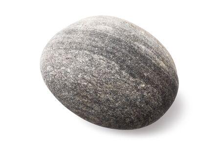 Ein glatter Seekiesel lokalisiert auf einem weißen Hintergrund. Stein von grauer Farbe und ovaler Form. Foto mit Stapelmethode aufgenommen