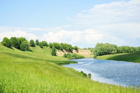 Un beau paysage rural. Un bon endroit pour se reposer et pêcher. Banque d'images - 80612570