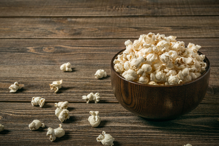Popcorn in a bowl on an old wooden table. Copy space. Banque d'images - 120779091