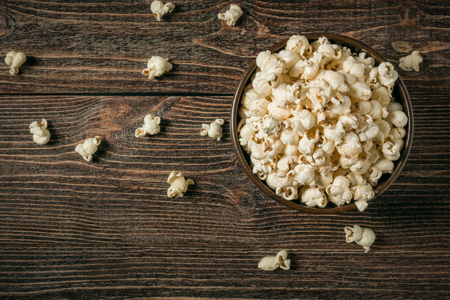 Popcorn in bowl on old wooden background. Copy space. Banque d'images - 120779096