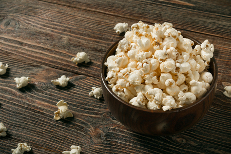 Popcorn in bowl on old wooden background. Copy space. Banque d'images - 120779097