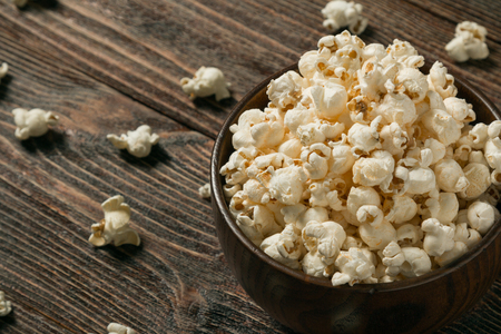 Popcorn in a bowl on wooden old boards. Closeup. Banque d'images - 120779099