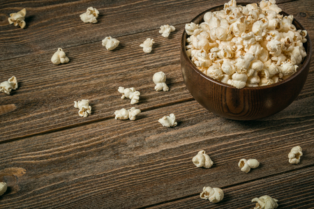 Popcorn in a bowl on wooden old boards. Copy space. Banque d'images - 120779101