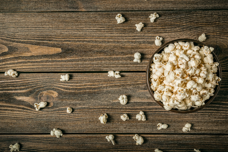 Popcorn in a bowl on an old wooden table. Copy space. Banque d'images - 120779103