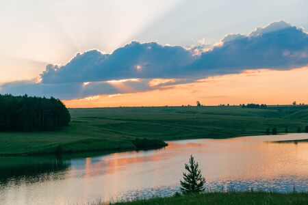 Sunset on the lake. Beautiful peaceful landscape Banque d'images - 130710880