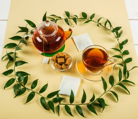 Black tea on a yellow background. Traditional drink. Stockfoto