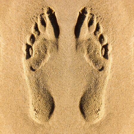 Footprints of human bare feet on the beach sand Banque d'images